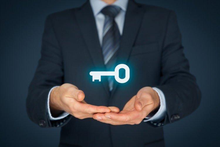 captive insurance man holding key showing captive insurance formation is easy